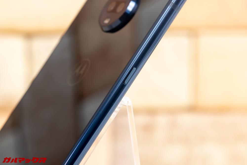 Moto Z3 Playは本体の左側にも電源ボタンが備わっているのでホルダー系のアイテムを購入する時はボタン干渉に注意する必要があります。