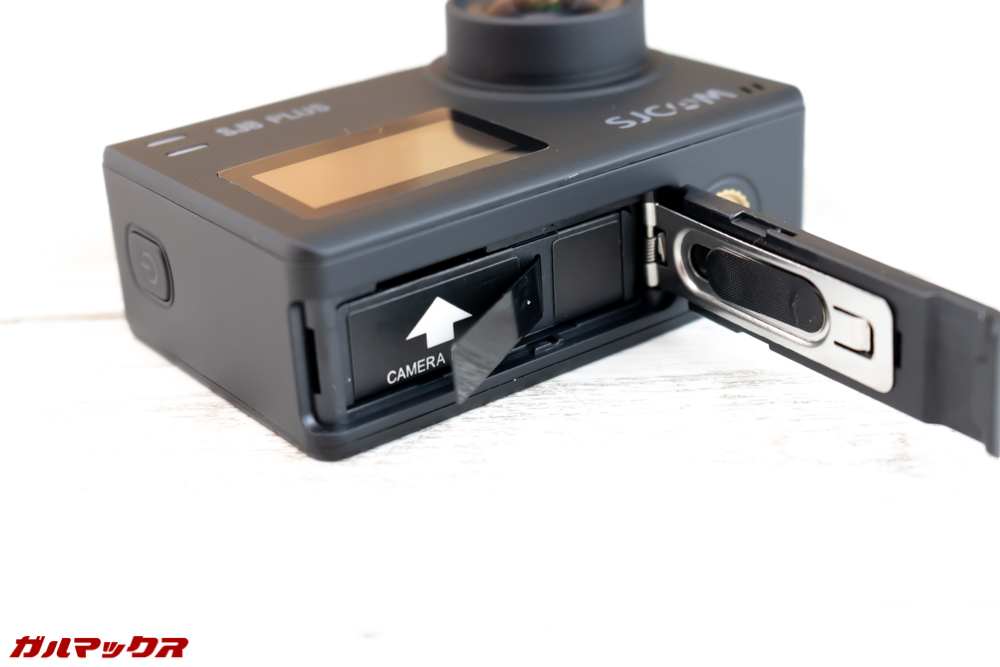 SJ8 PLUSのMicroSDスロットはバッテリーケースの中です。