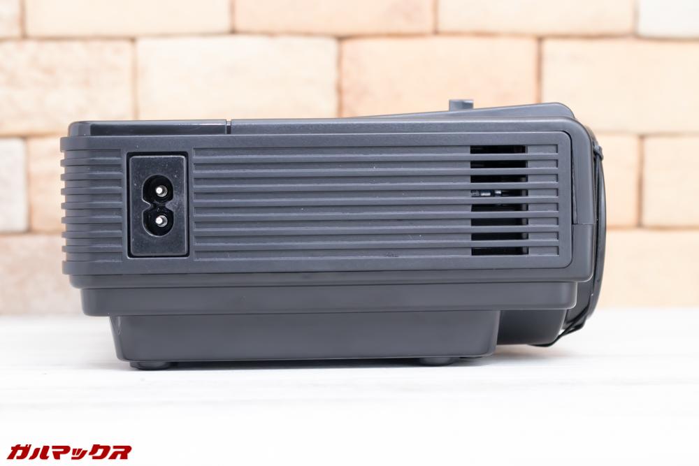 Vemico製プロジェクターは本体全体に排熱スリットが入っているので排熱対策もバッチリ