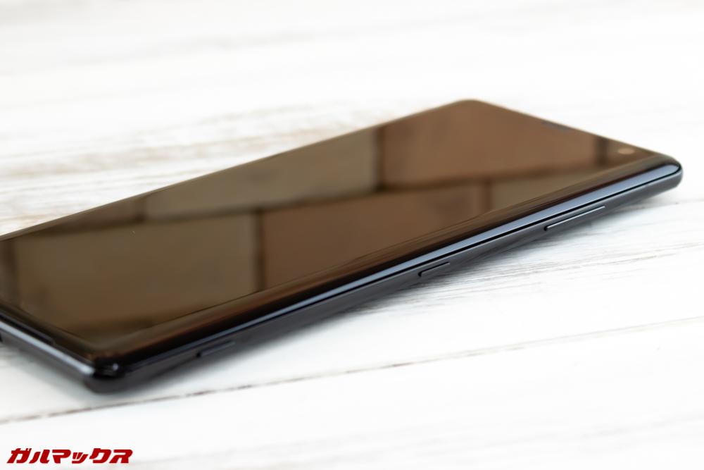 Xperia XZ3のボタン類は本体の画面右側面に備わっており電源ボタンは中央部分なのでジンバルや車載ホルダーのストッパーに干渉する可能性があります。