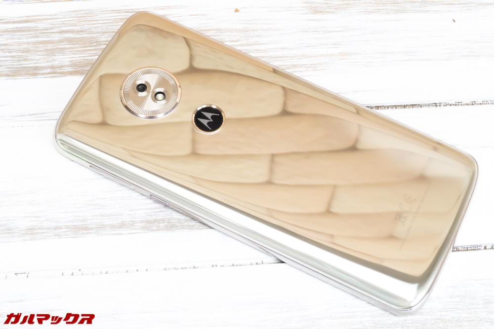 moto g6 PLAYの背面は鏡面仕上げで非常に美しいです。