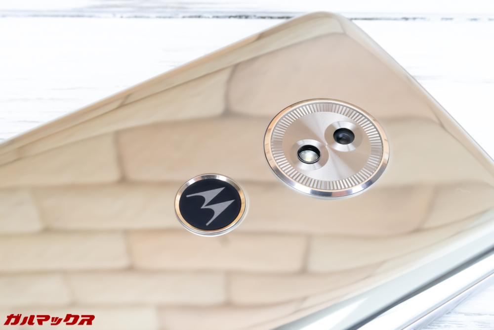 moto g6 PLAYの背面にはMotorolaのカッコいいロゴ入り指紋認証ユニットが搭載されています。