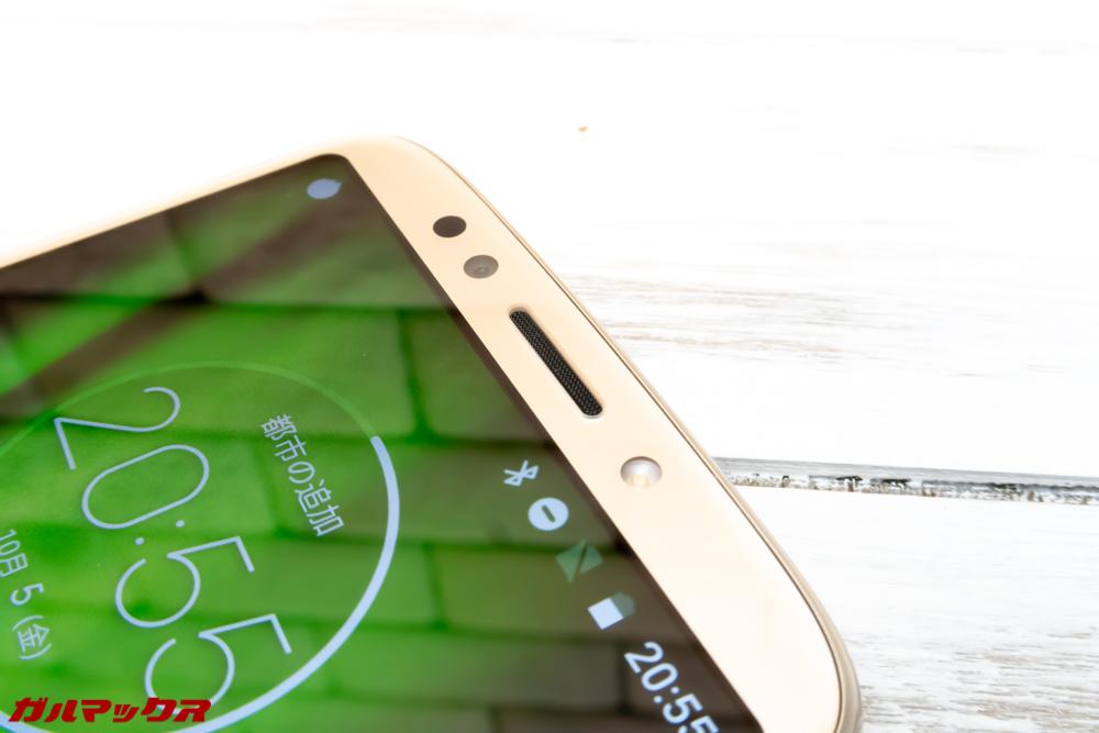 moto g6 PLAYのスピーカーは受話口に搭載されています。