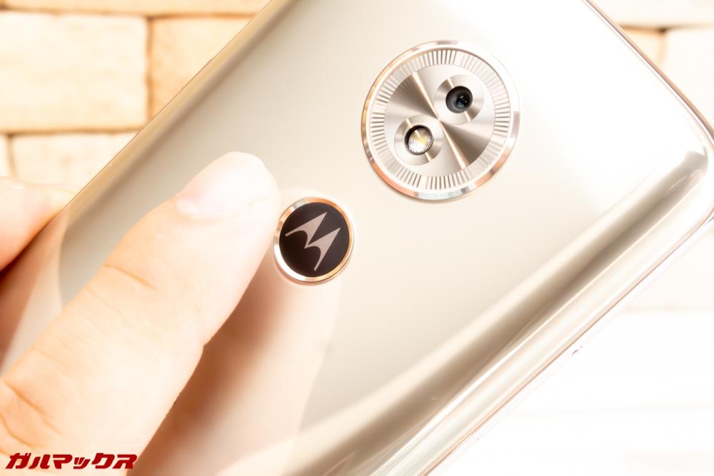 moto g6 PLAYは指紋認証ユニット搭載でスムーズにロック解除できます。