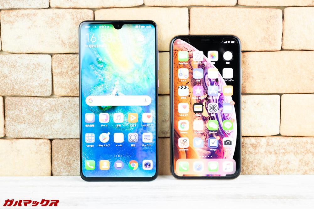 Huawei Mate 20はiPhone XSと大きさを比較しても二回りほど大きい。