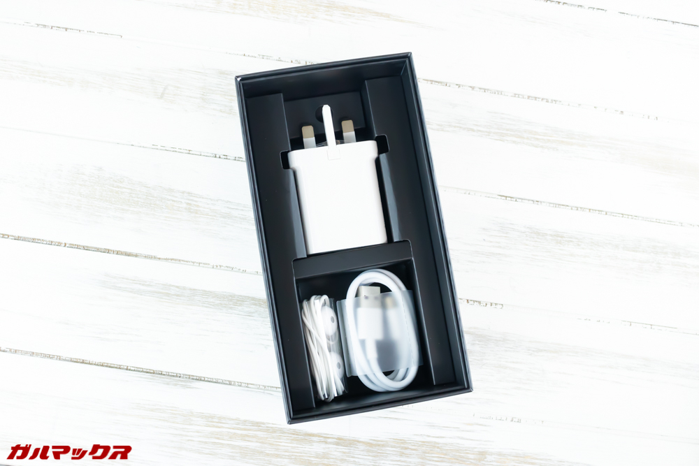 Huawei Mate 20の外箱最下段には充電器などのアクセサリーが入っていました。