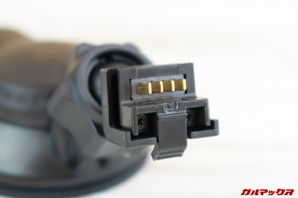 VANTRUE N1 Proのマウントは本体との接続部分に電源供給用の端子が備わっている。