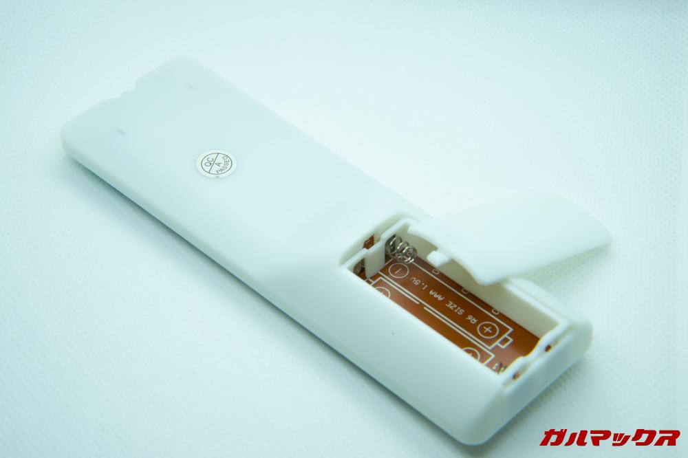 FUNAVO RD815のリモコンは単4電池2本が入るようになっています。