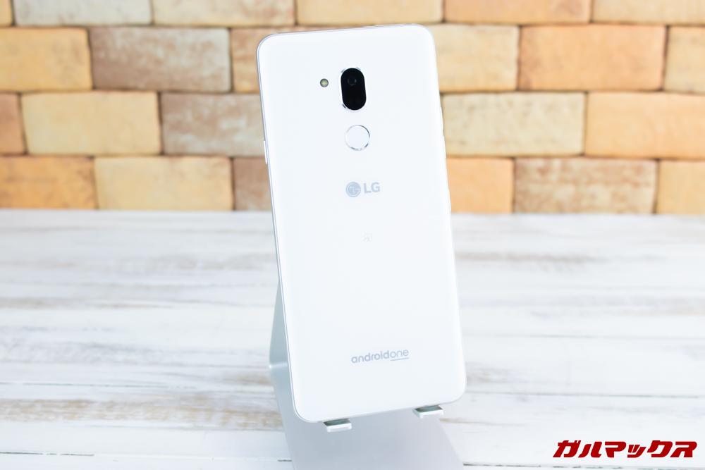 Android One X5の背面は指紋の付着が目立たないマットな仕上げとなっていました。