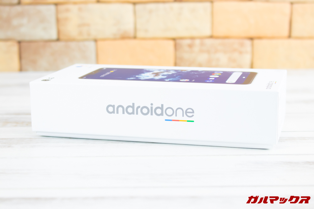 Android One X5の外箱側面には大きくAndroid Oneのロゴが入っております。