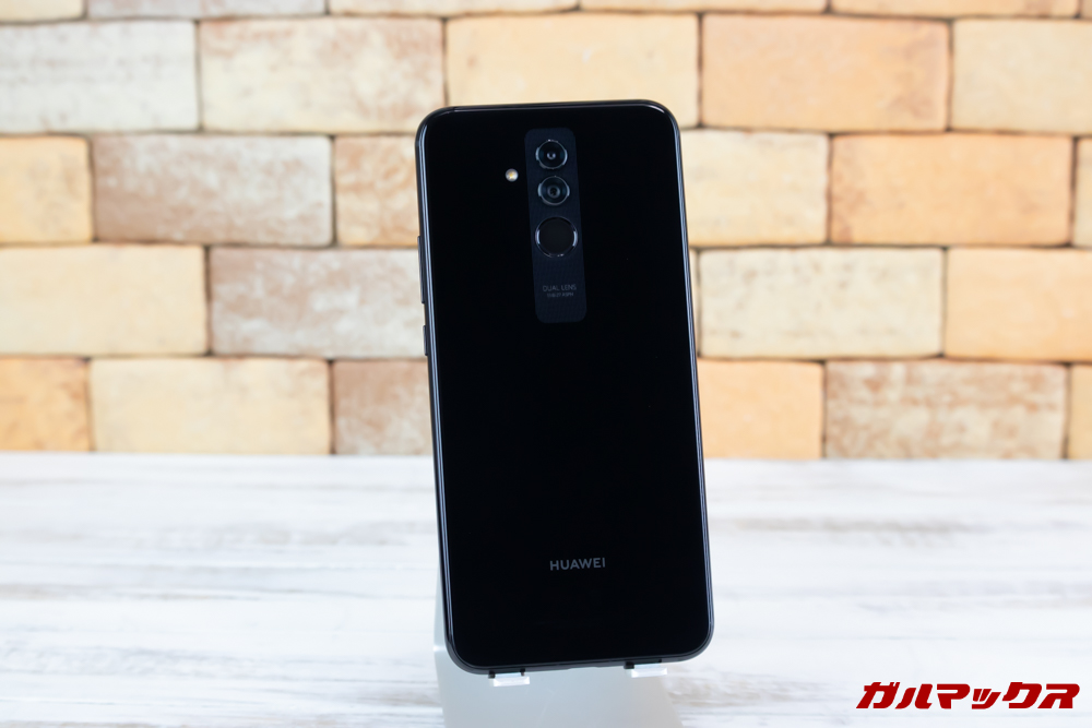 Huawei Mate 20 liteの背面は美しい光沢のあるパネルです。