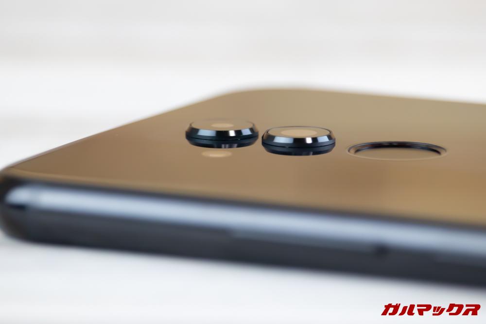 Huawei Mate 20 liteのカメラは出っ張りが少々気になる感じに出っ張っています。
