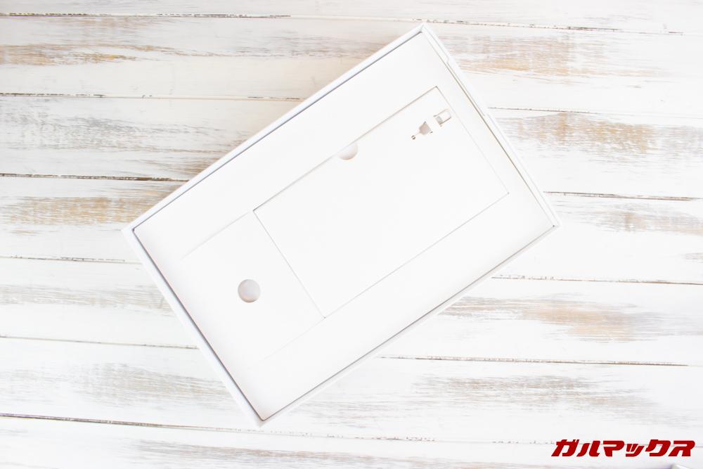 Huawei MediaPad M5 liteの外箱の下部にはアクセサリーボックスが詰まっています。