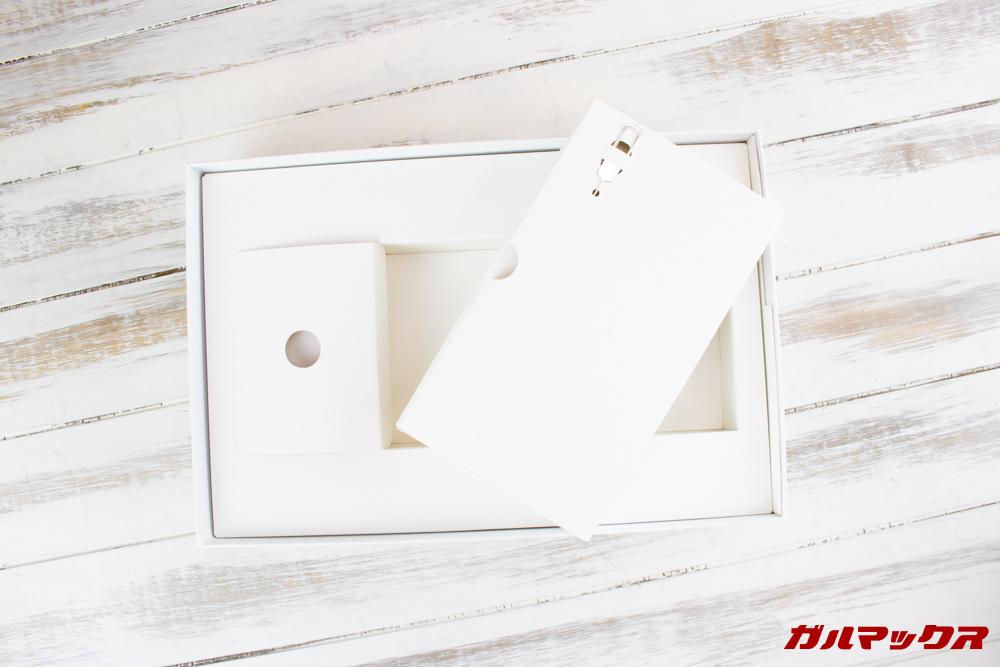 Huawei MediaPad M5 liteの大きい方のアクセサリーボックスには書類系が入ってます。