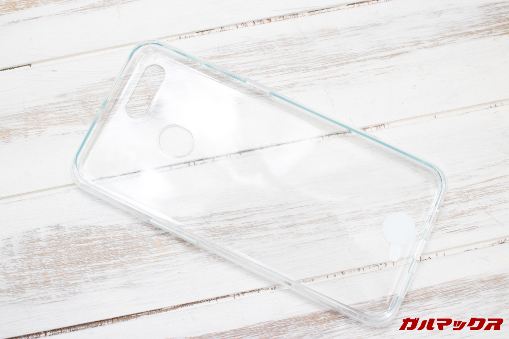 OPPO AX7は透明の保護ケースも付属しています。