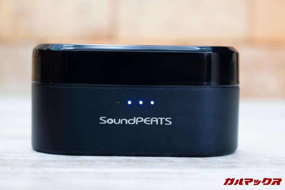 SoundPEAT Truengineの背面のバッテリー残量確認ボタンを押すと前面のバッテリーインジケータが点灯してバッテリー残量が確認できます。
