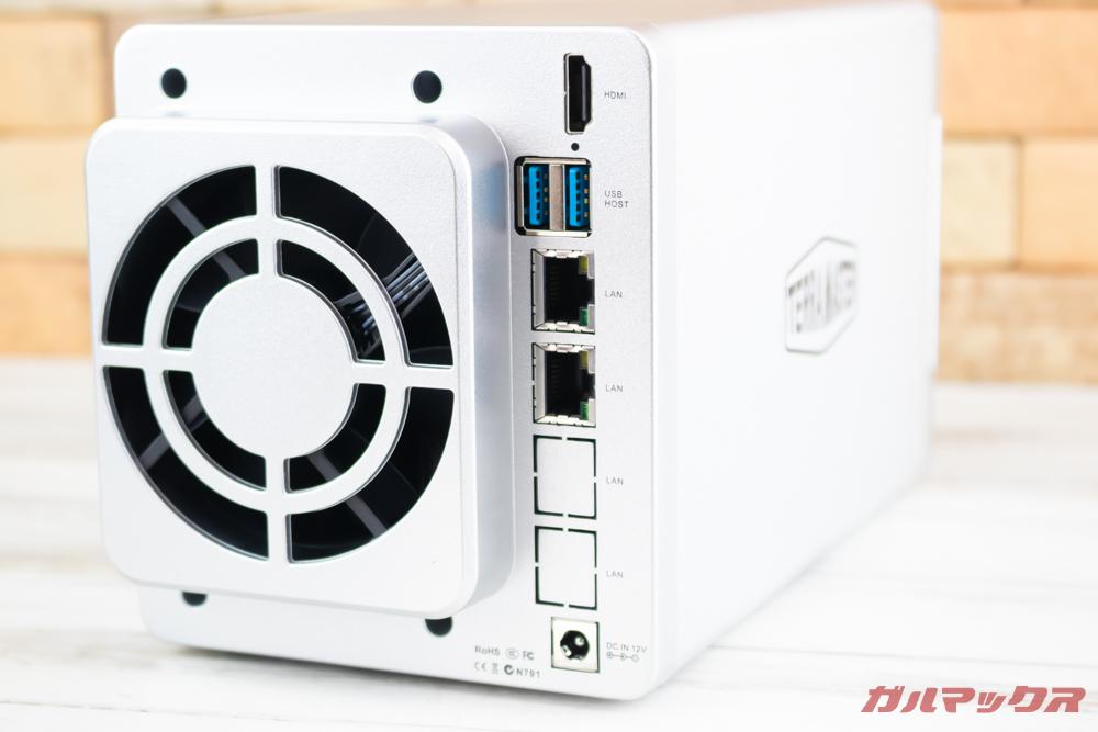 TerraMasterF2-221のポートは上位モデルに負けない充実した内容です。