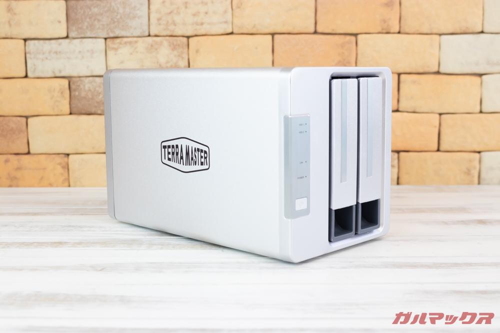 TerraMasterF2-221の筐体は金属製で放熱性能も抜群。