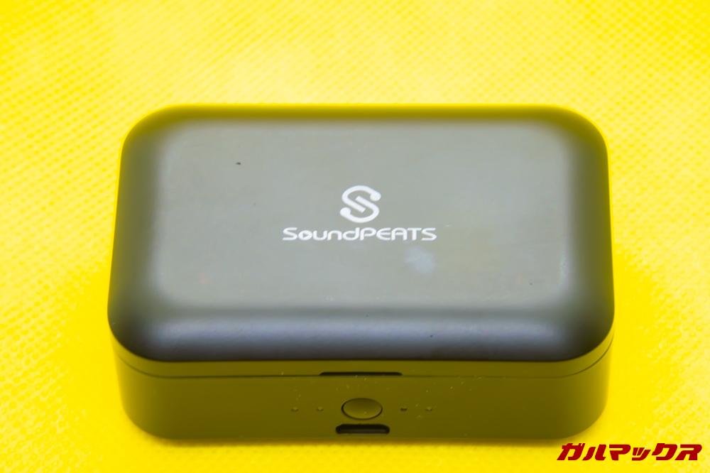 SoundPEATS Q32は大容量バッテリーを搭載するケースが付属しています。