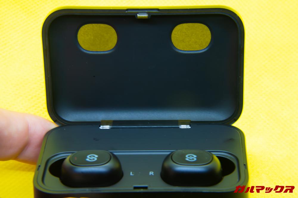 SoundPEATS Q32のイヤホン充電は蓋越しにでも確認できる。