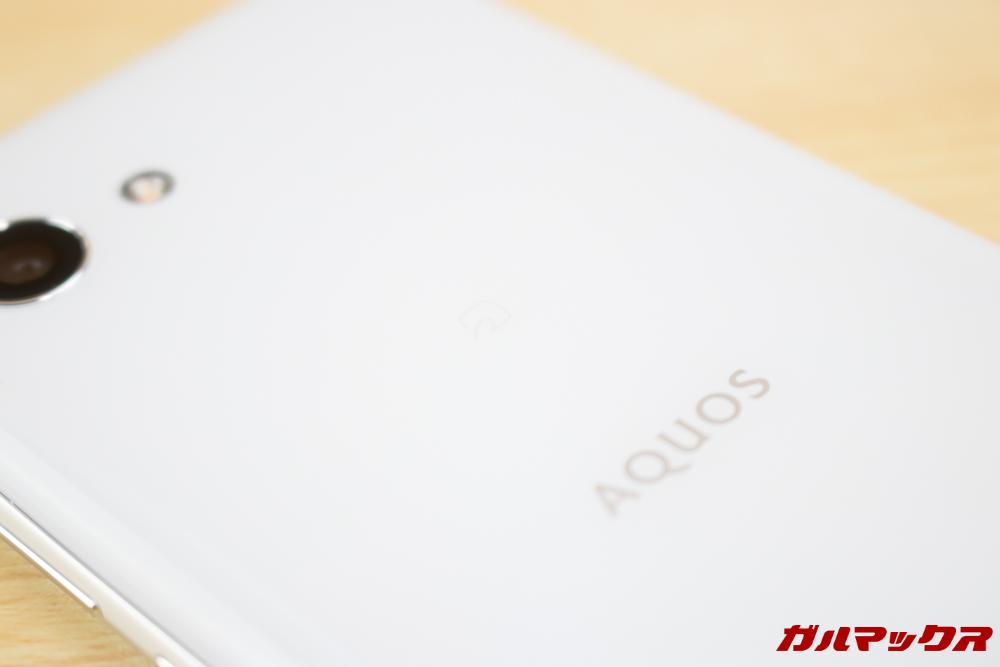 AQUOS R2 CompactのFeliCaは背面のAQUOSロゴの上辺り。