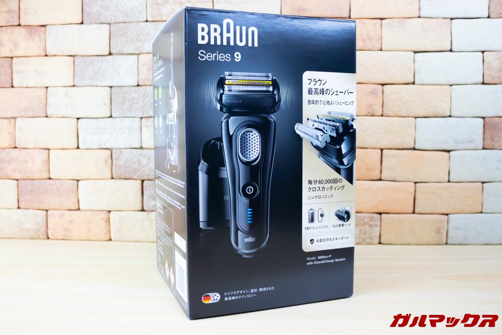 BRAUN Series 9(9250cc-P)の外箱には様々な製品特徴が記載されているので店頭で触りながら製品チェックするにも見やすいパッケージです。