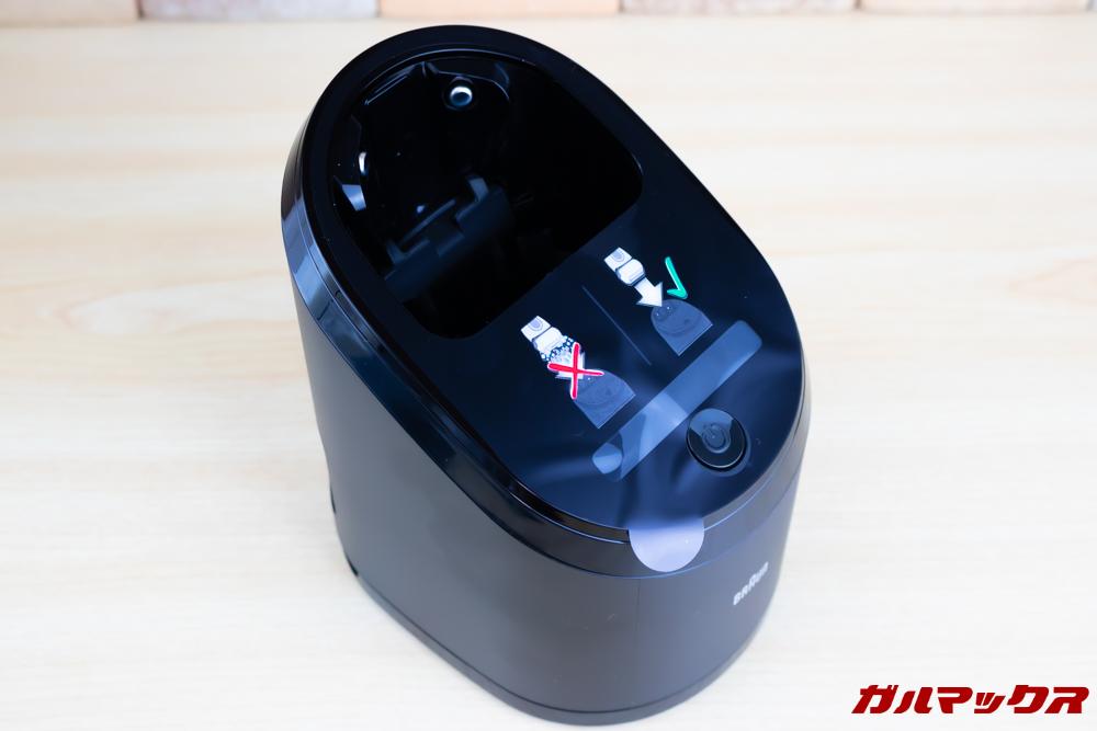 BRAUN Series 9(9250cc-P)には本体の充電も出来る洗浄器が同梱されています。
