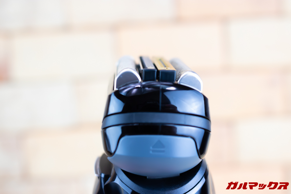 BRAUN Series 9(9250cc-P)の刃の部分も大きく可動します。