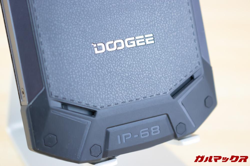側面フレームに極太金属パーツを採用するなどのスピーカーは本体背面下部に備わっています。