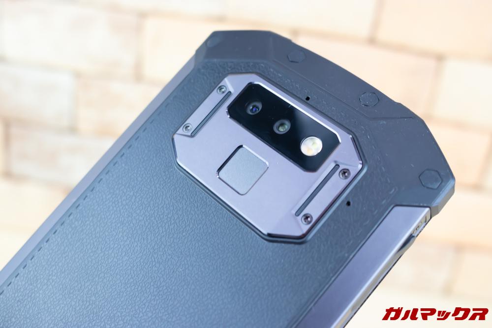 DOOGEE S70の指紋認証ユニットは高い位置に備わっているので手が小さい人は扱いにくい。