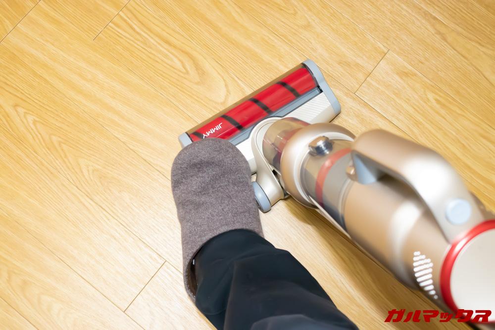 Xiaomi JV71 Vacuum Cleanerのロックはブラシ先端を足で抑えながら取っ手を寝かすとロックが外れます。