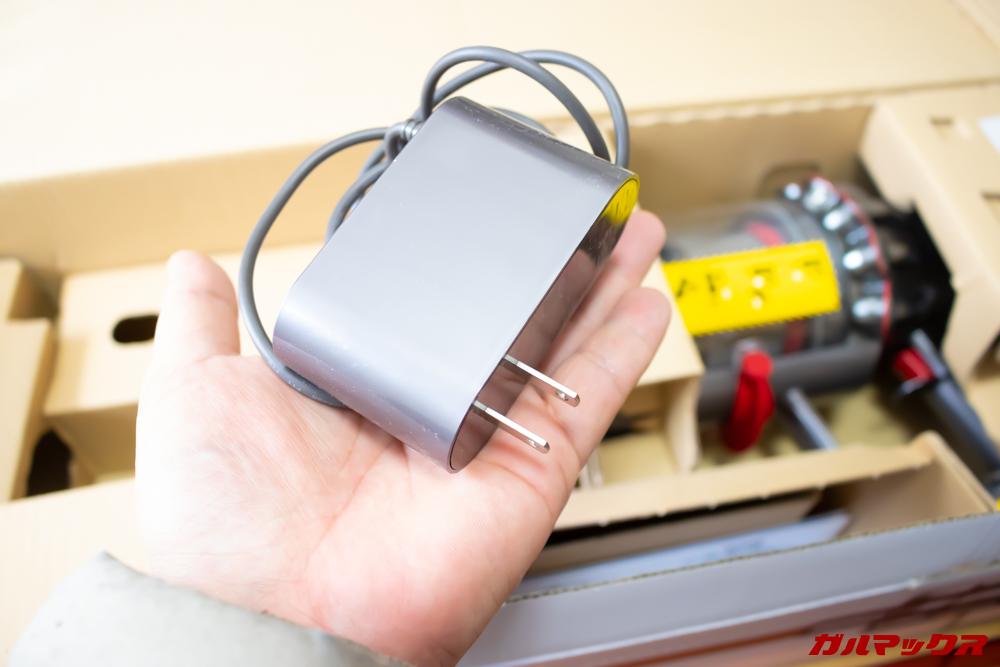 Dyson Cyclone V10 Fluffy SV12 FFの充電器は手のひらサイズ