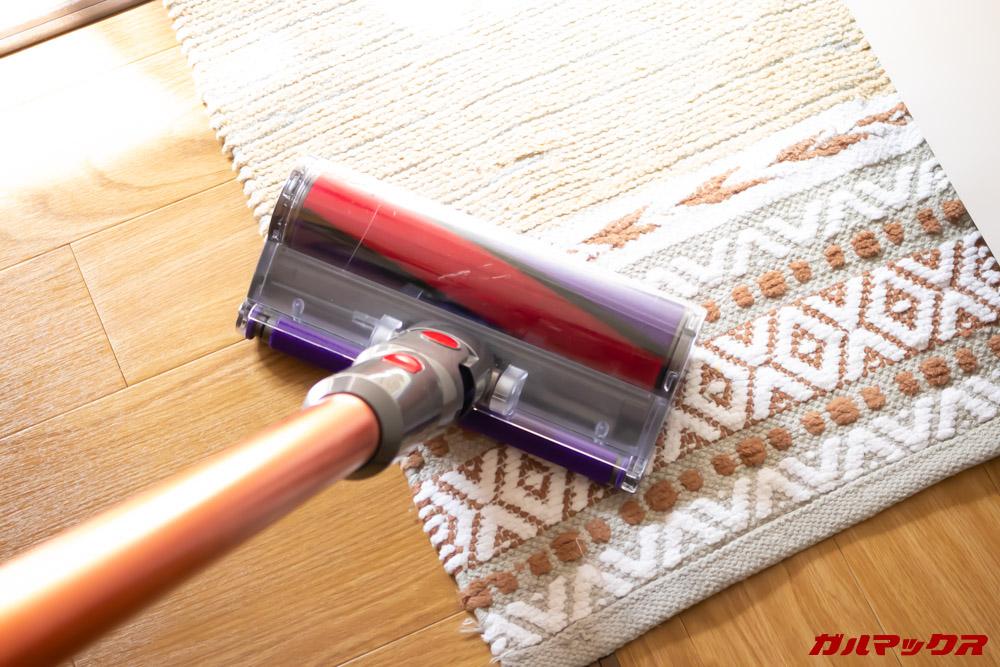Dyson Cyclone V10 Fluffy SV12 FFは弱モードを搭載しているので薄い敷物も掃除出来ます。