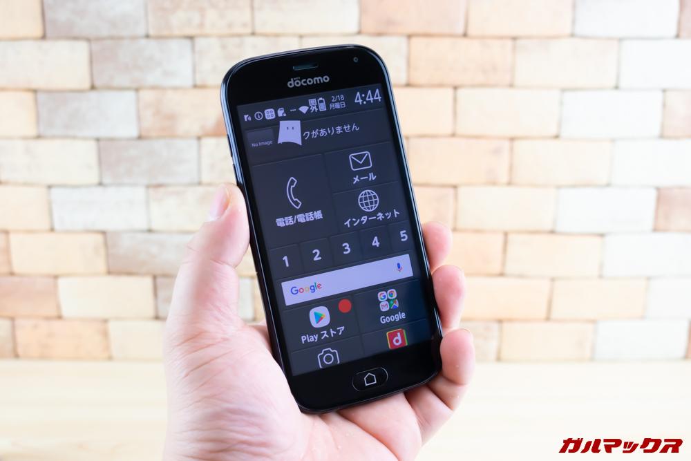 らくらくスマートフォン me F-01Lは4.7型で小型なので片手でしっかり握れます。