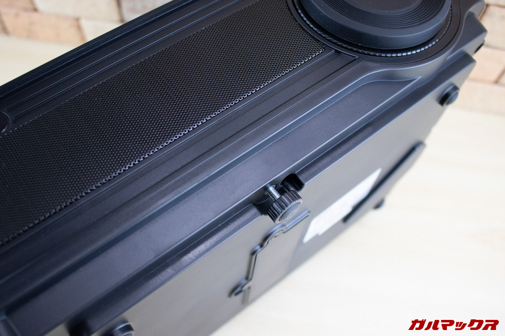 WiMiUS P18の本体下には高さを微調整できるダイヤルが備わっています。