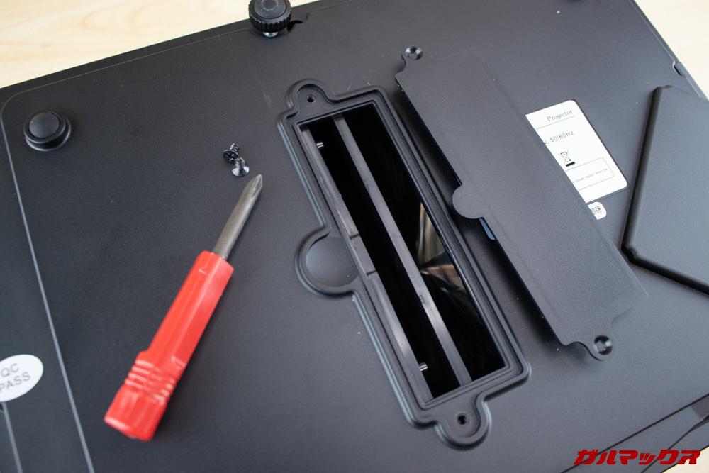 WiMiUS P18の背面にはネジ止め式のカバーが備わっていましたが、なにか良くわかりませんでした。