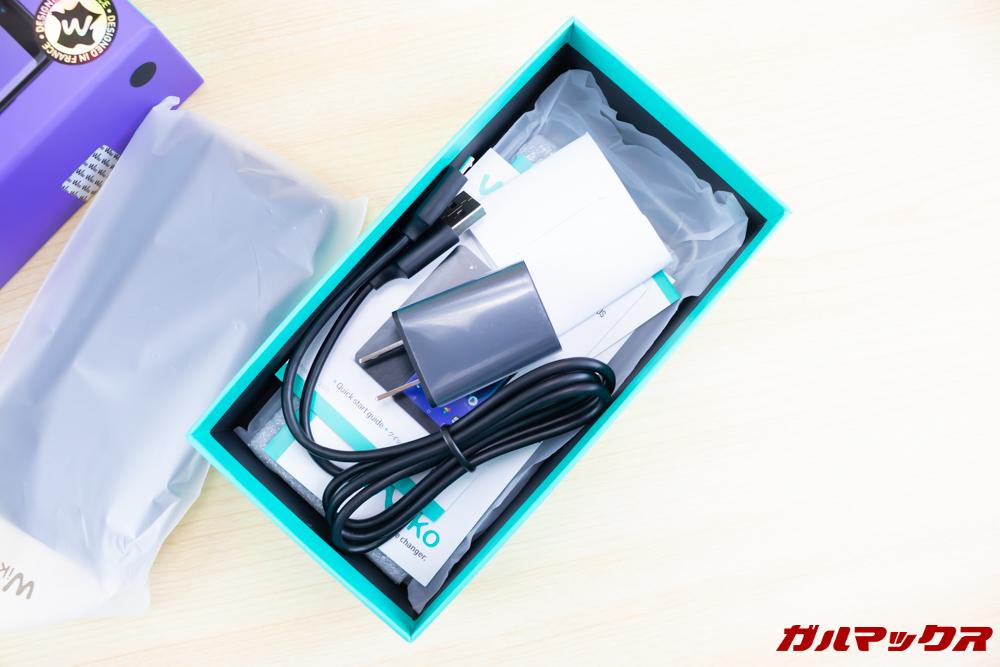 Wiko Tommy3 Plusの外箱下段にはアクセサリーが詰め込まれていました。