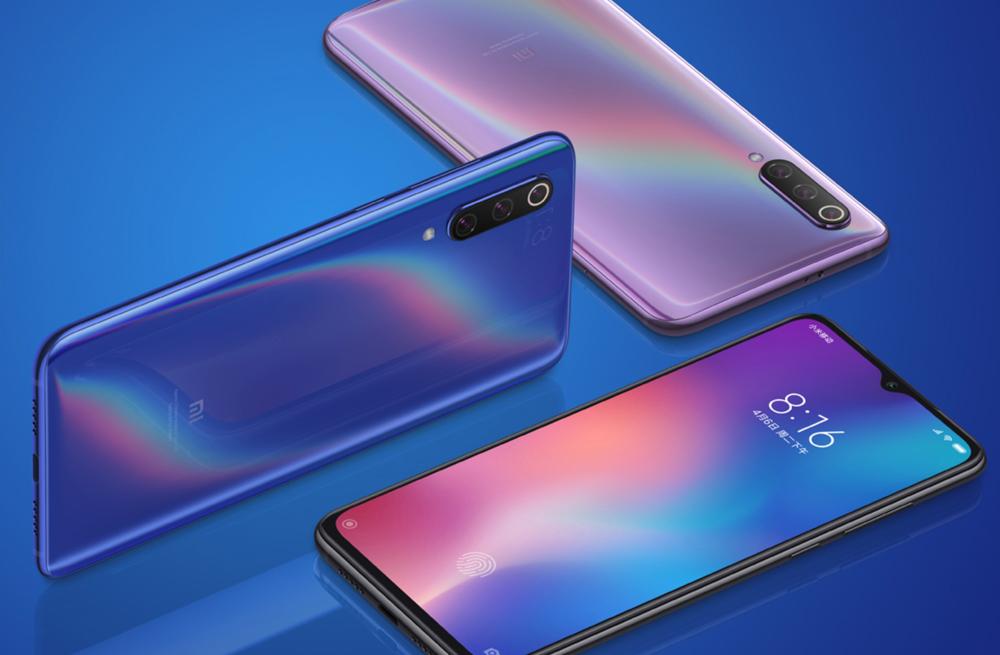 Xiaomi Mi 9は光の当たる角度で美しい色変化を楽しめる背面パネルを採用している。