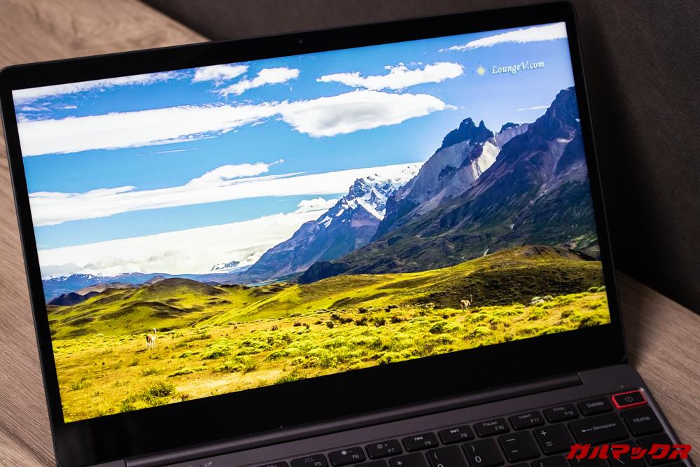 AeroBookのディスプレイはFHD且つ光沢ディスプレイを搭載しているので非常に美しいです。