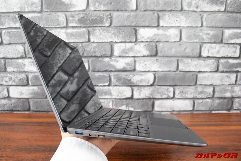 AeroBookは片手で簡単に持てる重量感です。