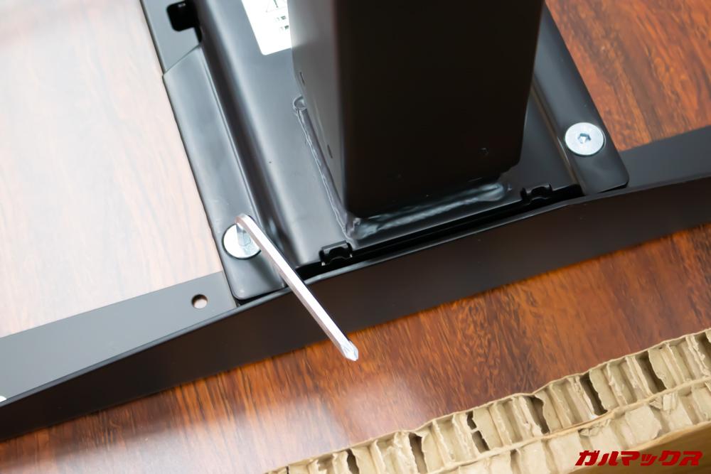 FlexiSpotの電動式スタンディングデスクの脚は2本のネジで締めるタイプ