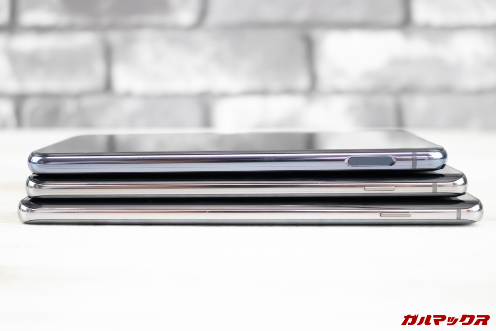 「Galaxy S10」「Galaxy S10+」「Galaxy S10e」の右側面は電源ボタンが備わっています。10eのみ電源ボタン兼指紋認証センサーとなっています。