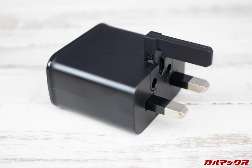 日本以外の地域向けなので充電器のプラグ形状が異なる場合はプラグ変換アタッチメントなどが必要です。