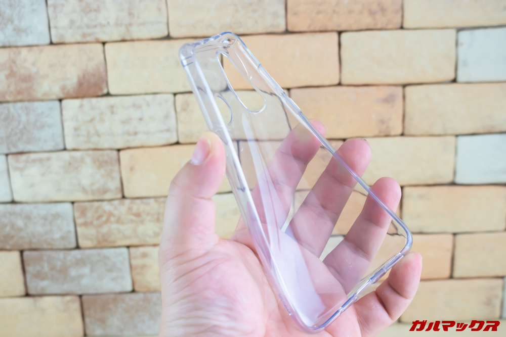 Huawei nova 4の付属保護ケースは柔らかいタイプ。