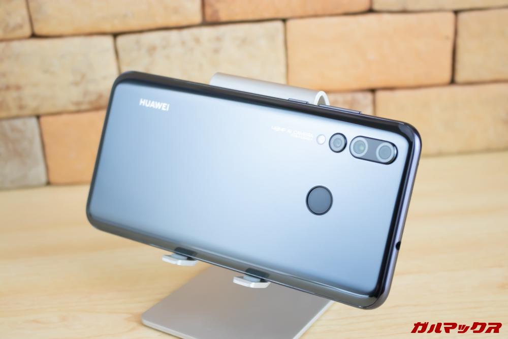 Huawei nova 4の背面はテカテカなので指紋の付着が凄く目立ちます。