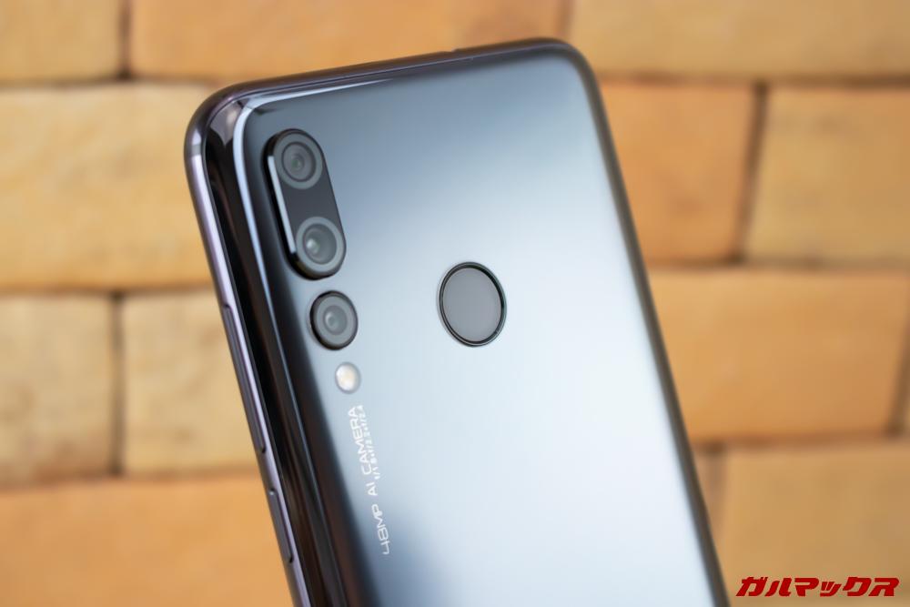 Huawei nova 4の指紋センサーは背面に搭載している。