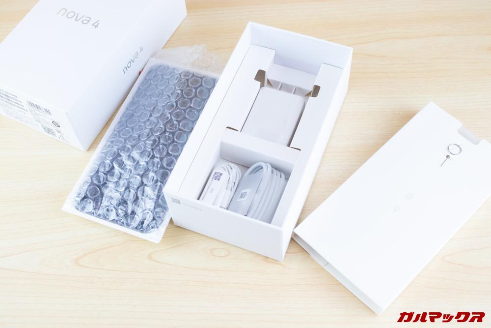 Huawei nova 4のパッケージから本体を取り出すとアクセサリー類が入っていました。