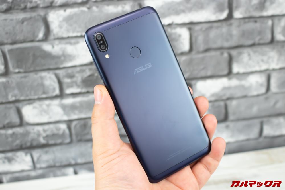 ZenFone Max (M2)は丸みを帯びた形状で持ちやすいです。