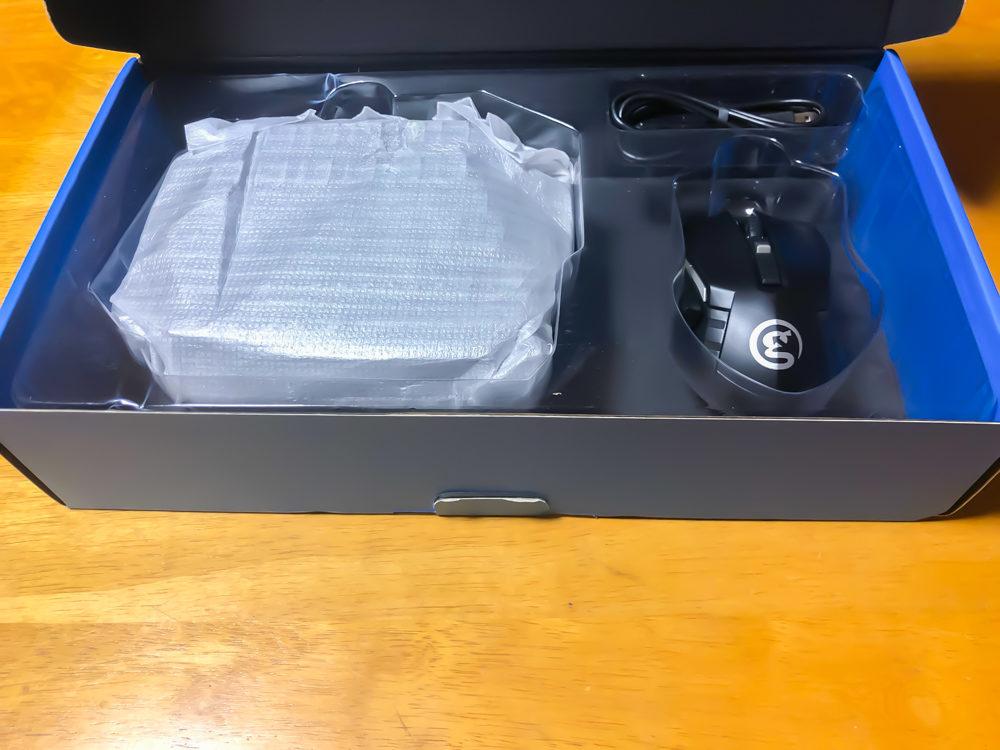 箱を開けるとキーパッドとマウスが出てきます。