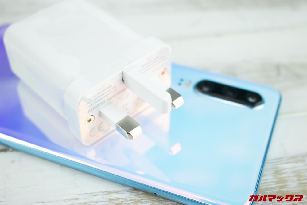 HUAWEI P30の海外版に付属している充電器は日本のコンセントには挿すことができない形状。